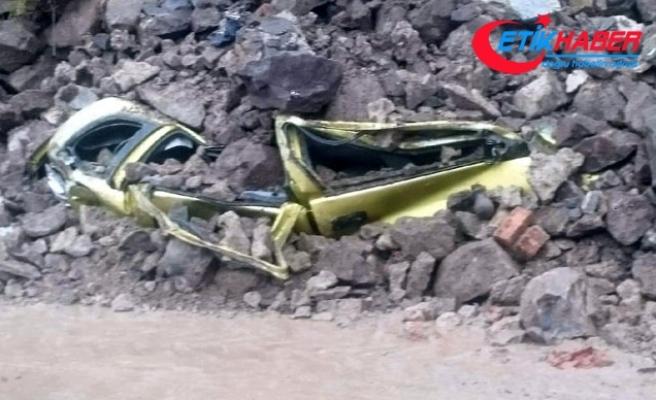 Bodrum'da iki yerde duvar çöktü, 4 otomobil hasar gördü