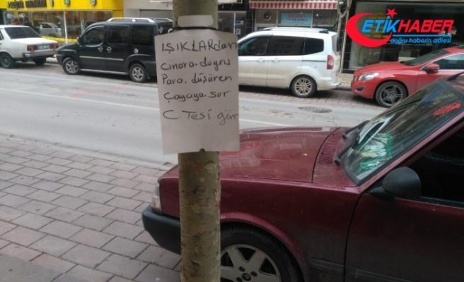 Bulduğu paranın sahibini ağaca astığı ilanla arıyor