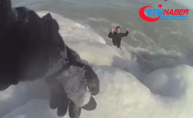 Buz tutan gölde donmak üzere olan adamı ve köpeğini polis kurtardı