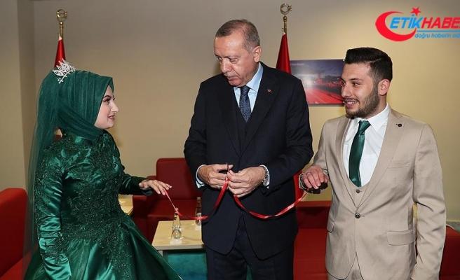 Cumhurbaşkanı Erdoğan Kocaeli'nde bir çiftin nişan yüzüklerini taktı