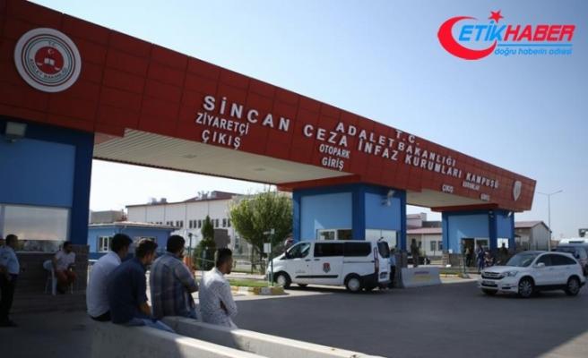 Darbeciler Türk bayrağı taşıyan vatandaşı başından vurmuş