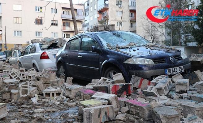 Denizli'de bahçe duvarı araçların üzerine yıkıldı
