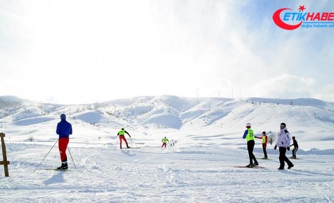 Dondurucu soğukta kayak yarışması