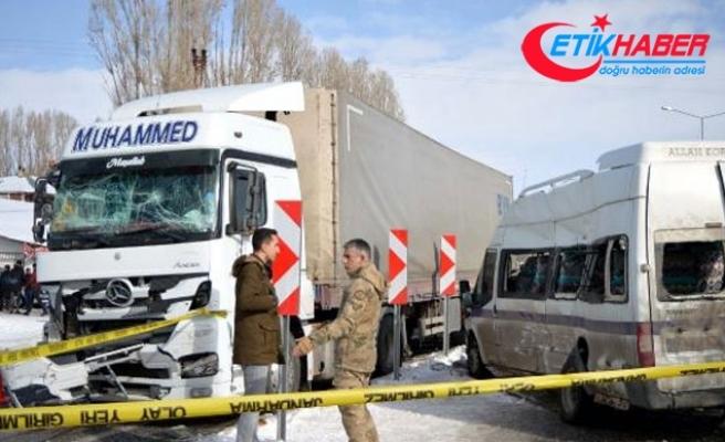Erciş'te TIR ile yolcu minibüsü çarpıştı: 1'i ağır 10 yaralı
