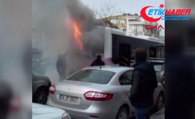 Fatih'te halk otobüsü yandı