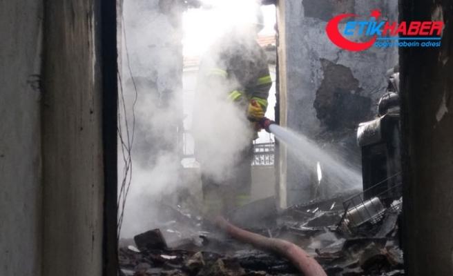 Havran'da ev yangında 3 kişi dumandan etkilendi