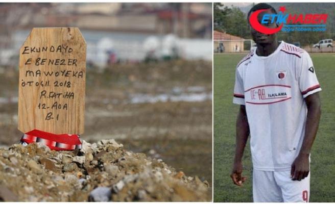 Hristiyan futbolcunun mezarına 'Ruhuna Fatiha' yazılı tahta dikilmiş