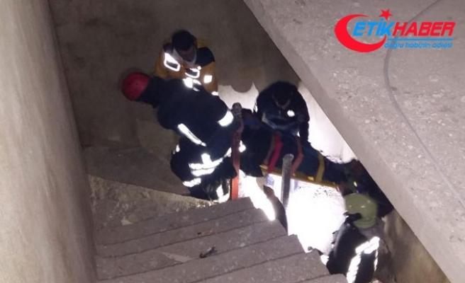 İnşatta asansör boşluğuna düşen kişiyi itfaiye kurtardı