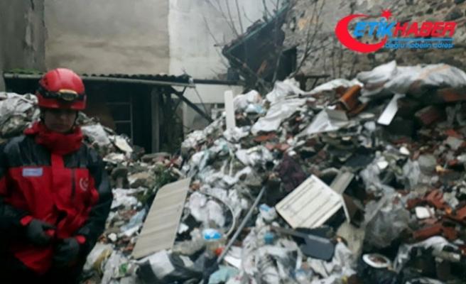 İzmir'de eski binada çökme; 1 kişi enkaz altında