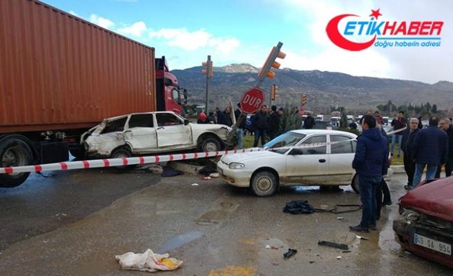 Kontrolden çıkan TIR, 3 otomobile çarptı