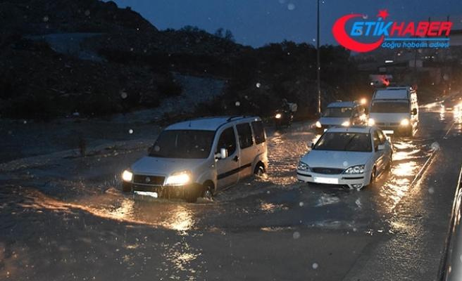 Kuşadası'nda 'yağmur', cadde ve sokakları göle çevirdi
