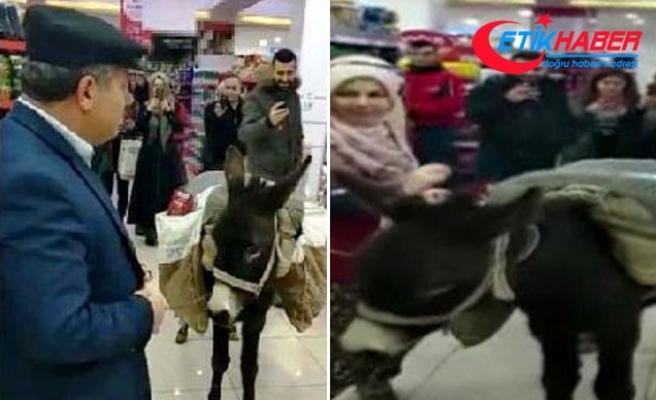 Markette eşekle alışverişi yapan müdür çıktı