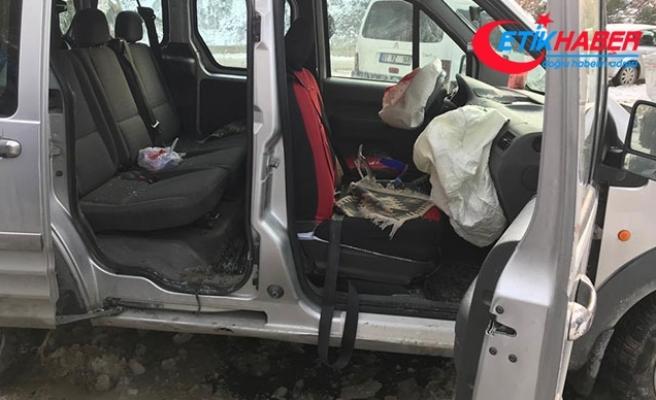 Otomobilin üzerine kaya parçası düştü: Yaralılar var