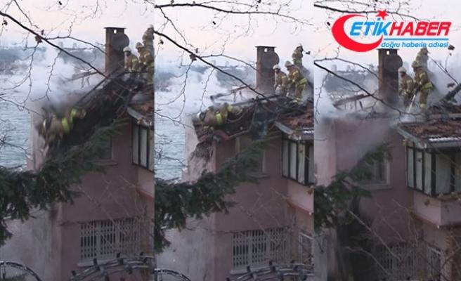 Üsküdar'da yangına müdahale eden itfaiye eri çatıdan düştü