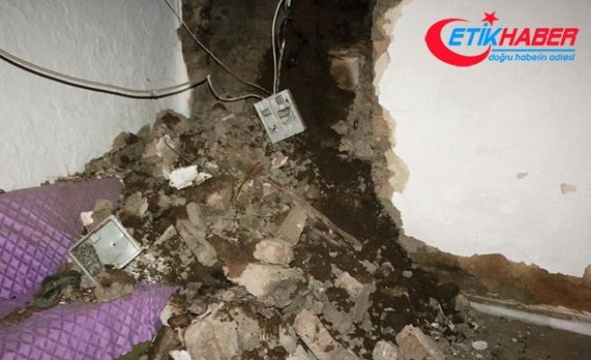 Yağışa dayanamayan evin duvarları çöktü