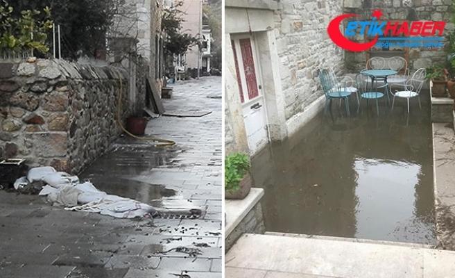 Yükseltilen yol nedeniyle Foça'nın tarihi taş evlerine su doluyor