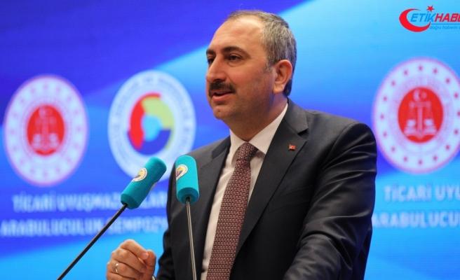 Adalet Bakanı Gül: Bu ülkede millet darbeyle mücadele ederken sen nasıl içersin?