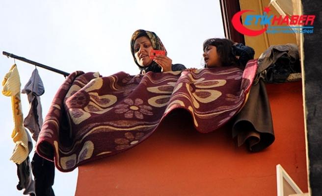Balyozla kapıyı kırıp, gaz kaçağı olan evdeki Afgan anne çocuklarını kurtardılar