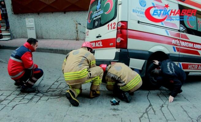 Beyoğlu'nda sokakta sıkışan ambulansı itfaiye kurtardı