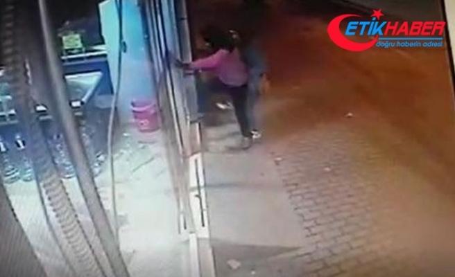 Camı kırıp markete giren çift, yazar kasayı alarak çıktı
