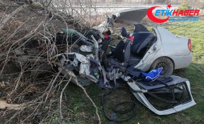 Çorum'da yoldan çıkan otomobil ağaca çarptı: 2 ölü
