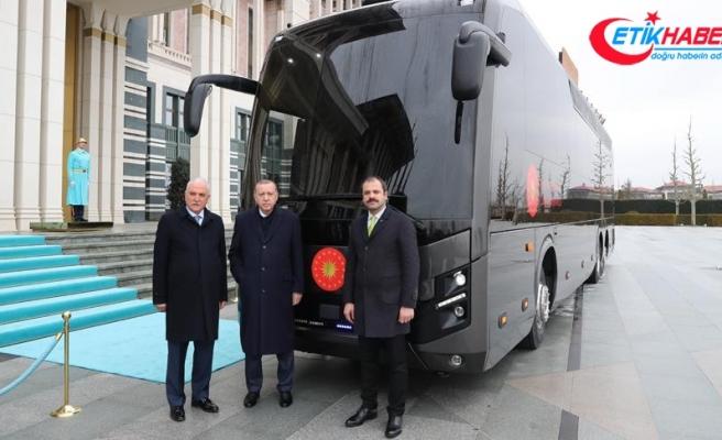 Erdoğan, Cumhurbaşkanlığına hediye edilen otobüsü inceledi