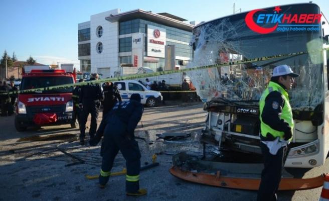 Eskişehir'de halk otobüsü tırla çarpıştı