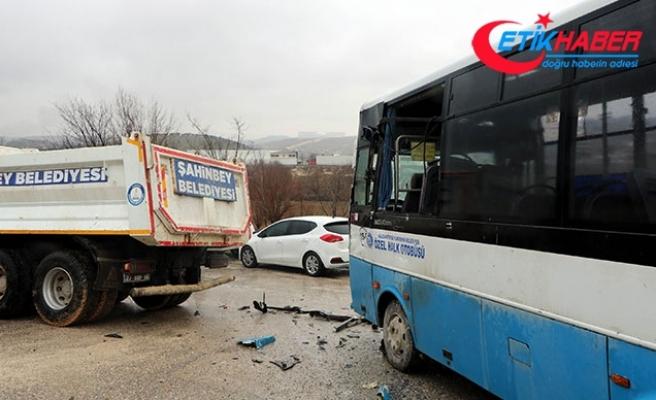 Gaziantep'te özel halk otobüsü kamyona çarptı: 5 yaralı