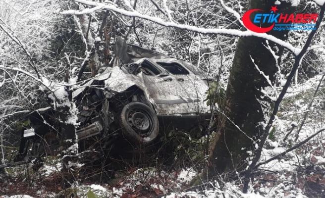 Hafif ticari araç uçuruma yuvarlandı: 3 ölü