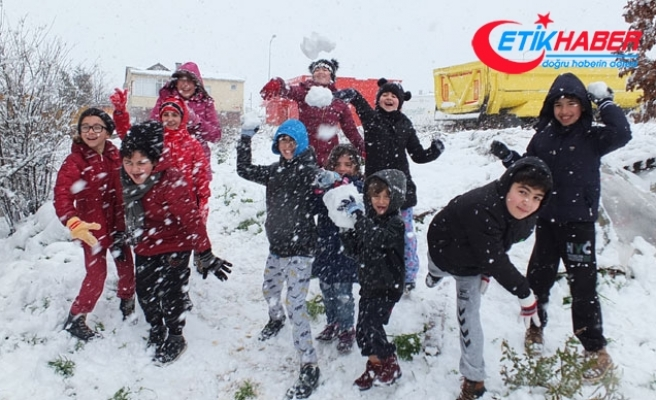 İstanbul'da kar topu oynayan çocuklar: Okullar tatil olsun 'Vali Amca'