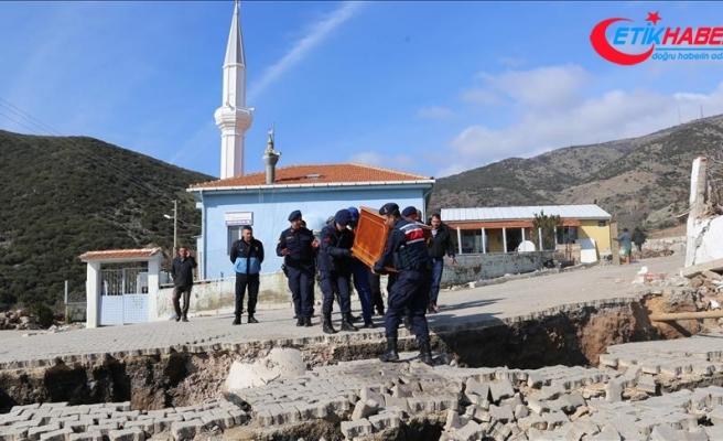 İzmir'de toprak kayması sonucu 10 ev tahliye edildi