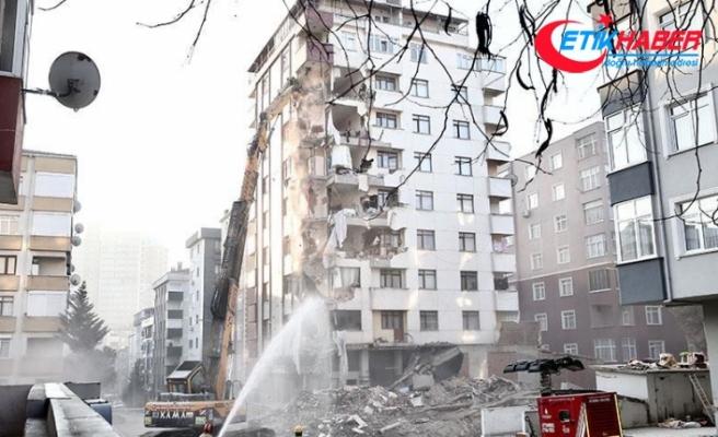 Kartal'da riskli binanın yıkımı sürüyor