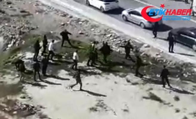 Mardin'de iki aile birbirine girdi, taşlar ve silahlar konuştu