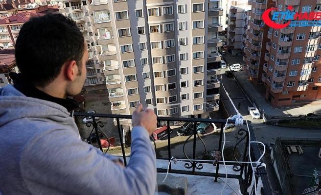 Markete gitmeye üşenince evinin balkonuna teleferik kurdu