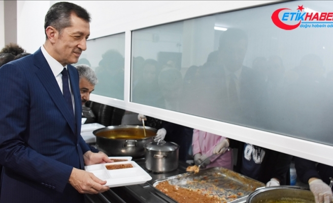 Milli Eğitim Bakanı Selçuk, öğrencilerle sıraya girerek yemek aldı