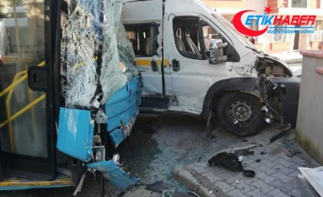 Öğrenci servisi ile halk otobüsü çarpıştı: Çok sayıda yaralı