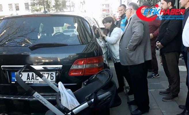Otomobilde unuttuğu bebek çıkarılınca sarılıp öptü
