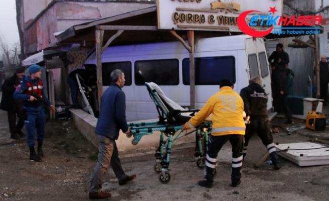 Otomobile çarpan servis minibüsü lokantaya girdi: 12 yaralı
