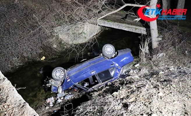 Otomobiliyle polisten kaçarken ekip otosuna çarpıp, dereye uçtu