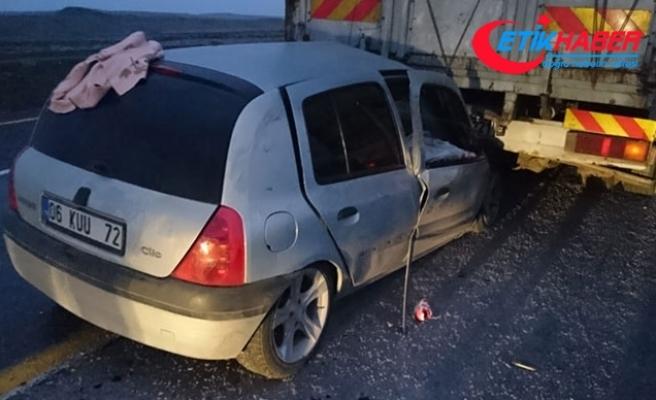 Şanlıurfa'da, TIR'a çarpan otomobildeki 5'i çocuk 8 kişi yaralandı