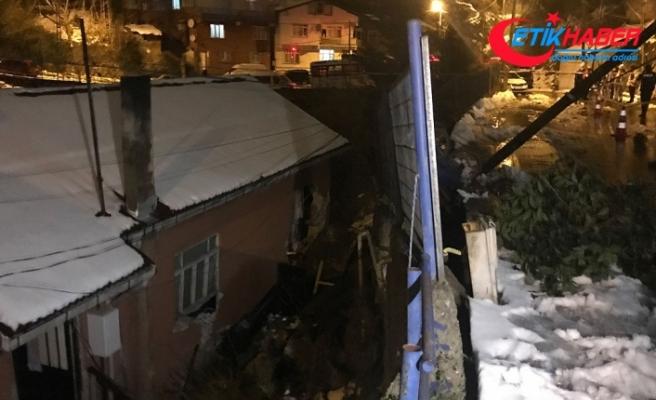 Sarıyer'de yol çökmesi üzerine 2 bina tahliye edildi
