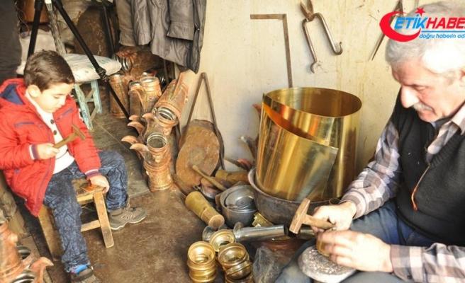 Suriyeli usta mesleğini 'bakırcılığın merkezi'nde sürdürüyor