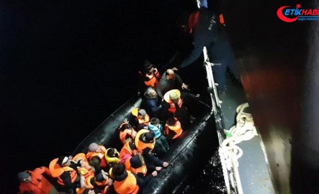 Sürüklenen bottaki düzensiz göçmenleri sahil güvenlik kurtardı