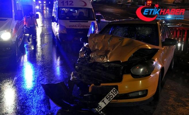 Taksi belediye temizlik aracına çarptı: 1'i ağır 3 yaralı