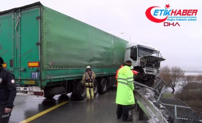 TEM'de feci kaza: TIR şoförü viyadükten aşağı uçtu
