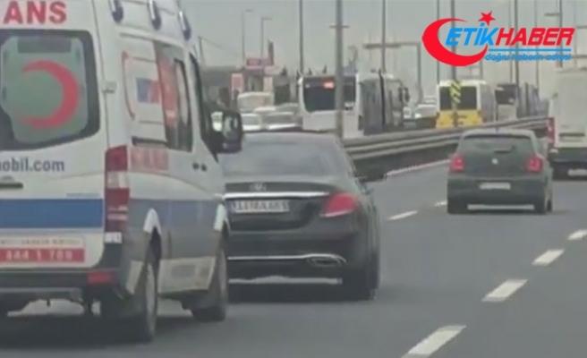 Trafik magandasının ambulansa yol vermeme çabası
