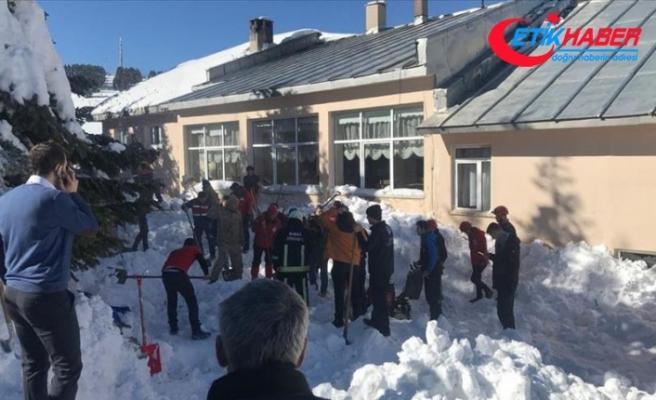 Uludağ'da çatıdaki kar kütlesi vatandaşların üzerine düştü