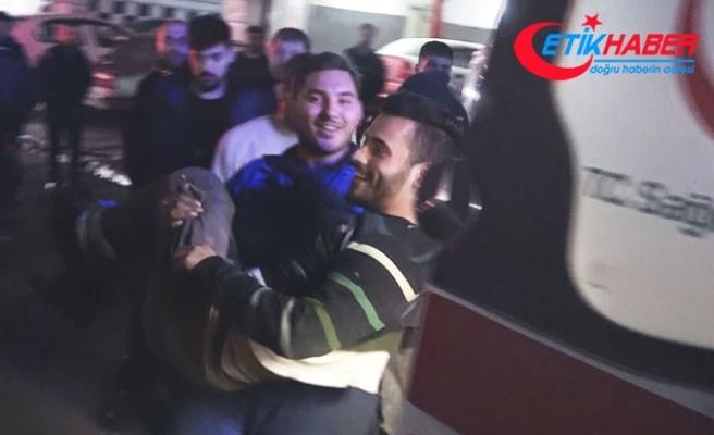 Vuruldu, ambulansa taşınırken hem güldü hem şarkı söyledi