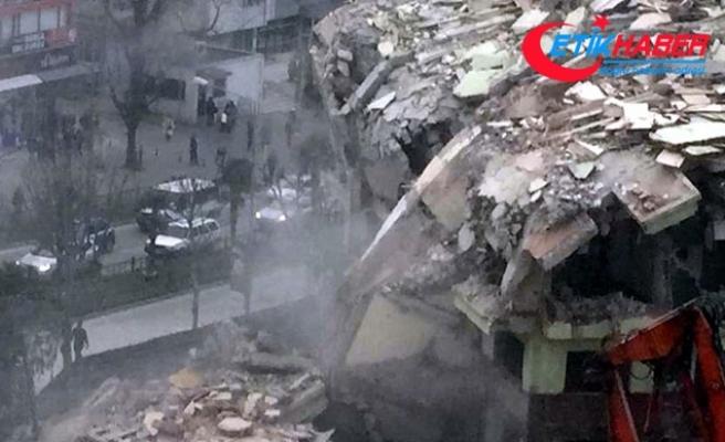 Yıkımı yapılan bina, işçilerin mesai bitimi sonrası çöktü, faciadan dönüldü