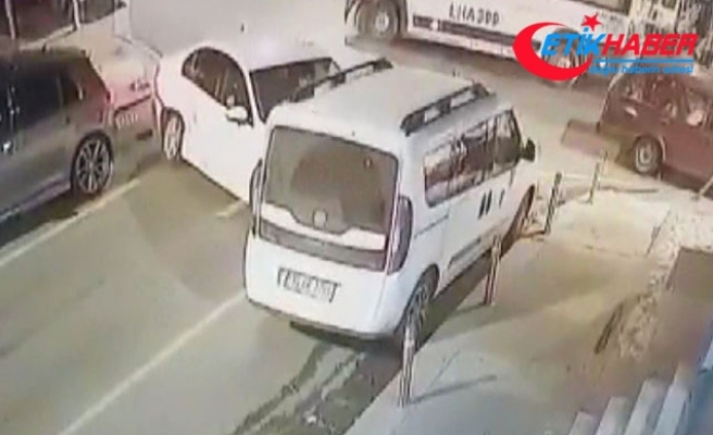 Yolun karşısına geçmeye çalışan kadına kaza sonrası savrulan otomobil çarptı